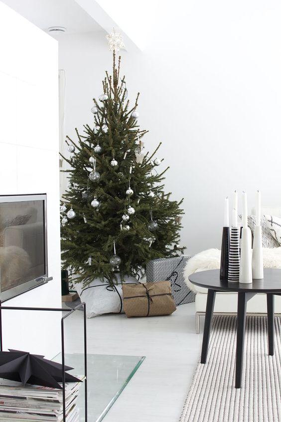 Gümüş ve cam noel ağacı süslemeleri.