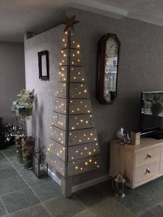 Palet ağaçlarla evinizdeki köşe duvarın birine kendinize led aydınlatmalı noel ağacı yapabilirsiniz.