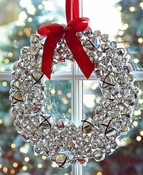 Gümüş Jingle bells ile kaplanmış kırmızı kurdeleli çelenk tasarımı pencerelerinizi süsleyen göz kamaştırıcı tasarım olabilir.
