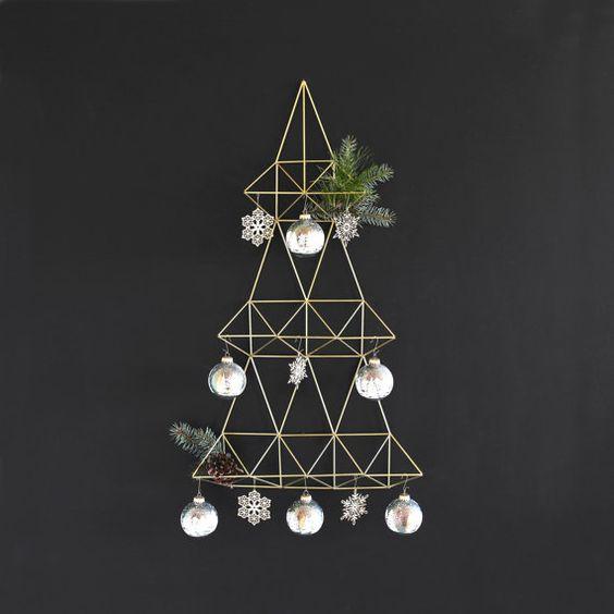 Süs eşyaları, sahte bitkilerle üç katmanlı metal noel ağacı yapabilirsiniz duvarınıza.