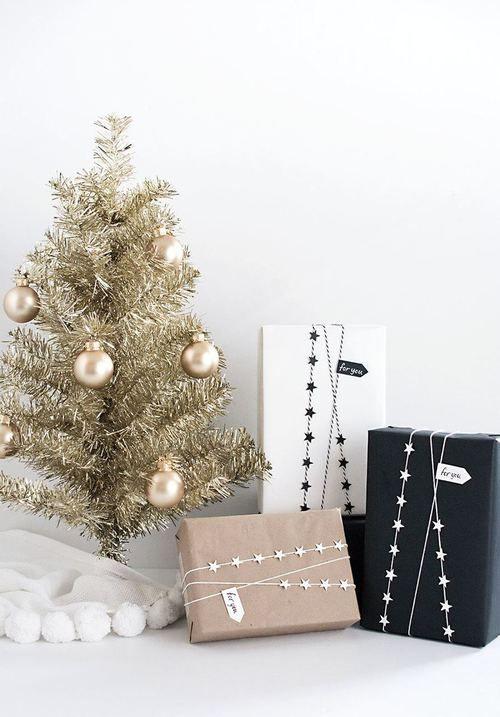 Masanıza ufak altın sarısı noel ağacı ve süslemeleriyle birlikte monokrom hediyelerle dekore edebilirsiniz.