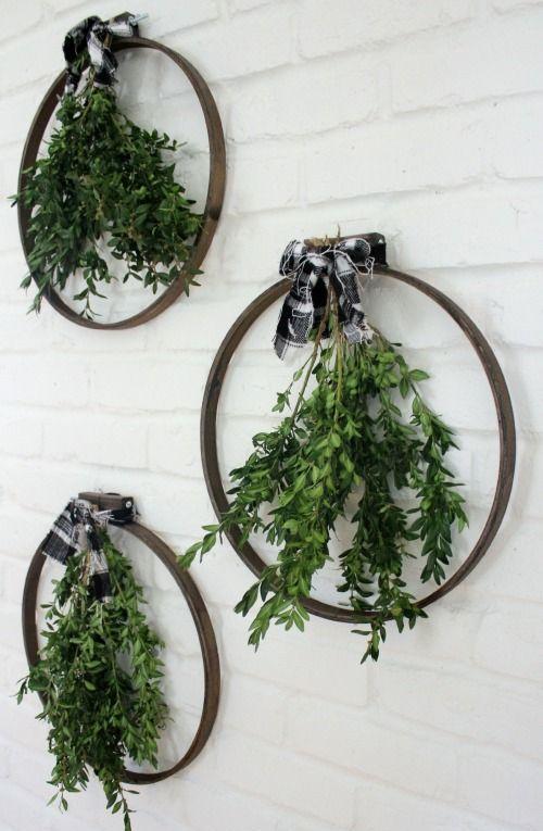 Ekose yay ve iç kısmına yapraklarla süsleyebilir ve bu senin rengi olan beyaz, gri ve siyah gibi renklerden kurdele yaparak son dokunuşla duvarlarınızı süsleyebilirsiniz.