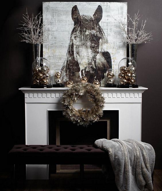 Beyaz şöminenin üzerindeki rafı metalik noel süsleri, metalik çelenk ve sanatsal kumaş tabloyla dekore edebilirsiniz.