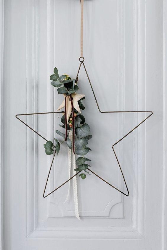 Okaliptüs yaprakları ve yıldız şeklinde metal bir çelenk tasarlayabilirsiniz noel ağaçlarının tepesinde tek yıldız gibi evinizin tek yıldızı olabilir.
