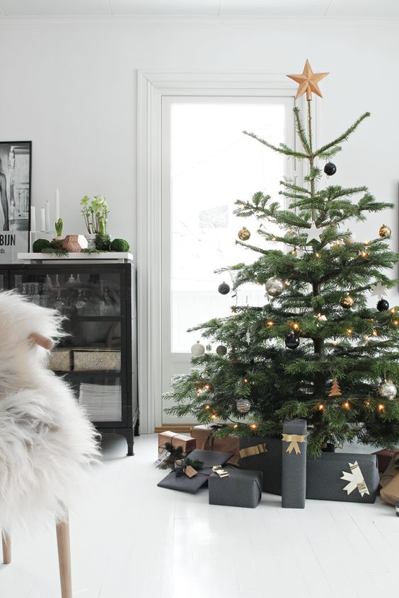 Modern ve taze bir görünüm için siyah, beyaz ve altın rengi süsler kullanarak ağacımızı süsleyebiliriz.