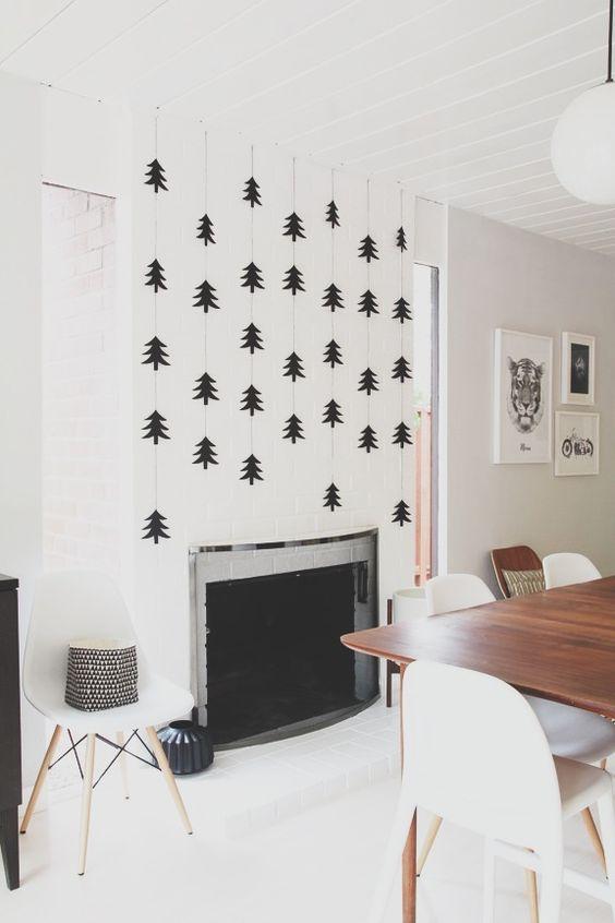 Şöminenin üstündeki duvarı yılbaşı ağaç şekilleriyle süsleyebilirsiniz.