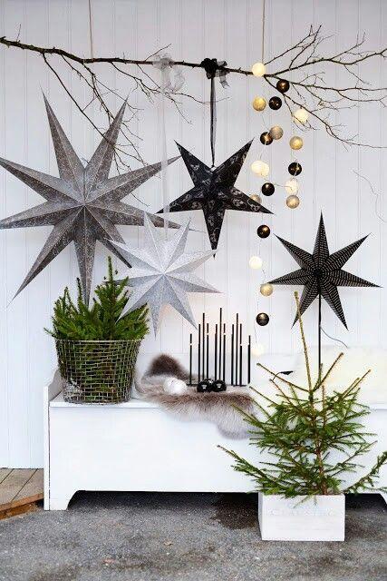 Evinizde boş bir kısmı büyük siyah, beyaz ve gri renklerdeki yıldızlar ve süslerle dekore edebilirsiniz.